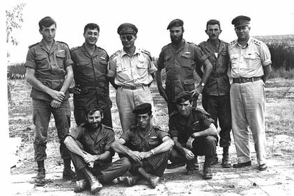 Ariel Sharon (top row, second on left) with the Israeli Parachutist 890e battalion in 1955 with Moshe Dayan. (Photo: National Photo Collection Israel/ Wiki Commons)