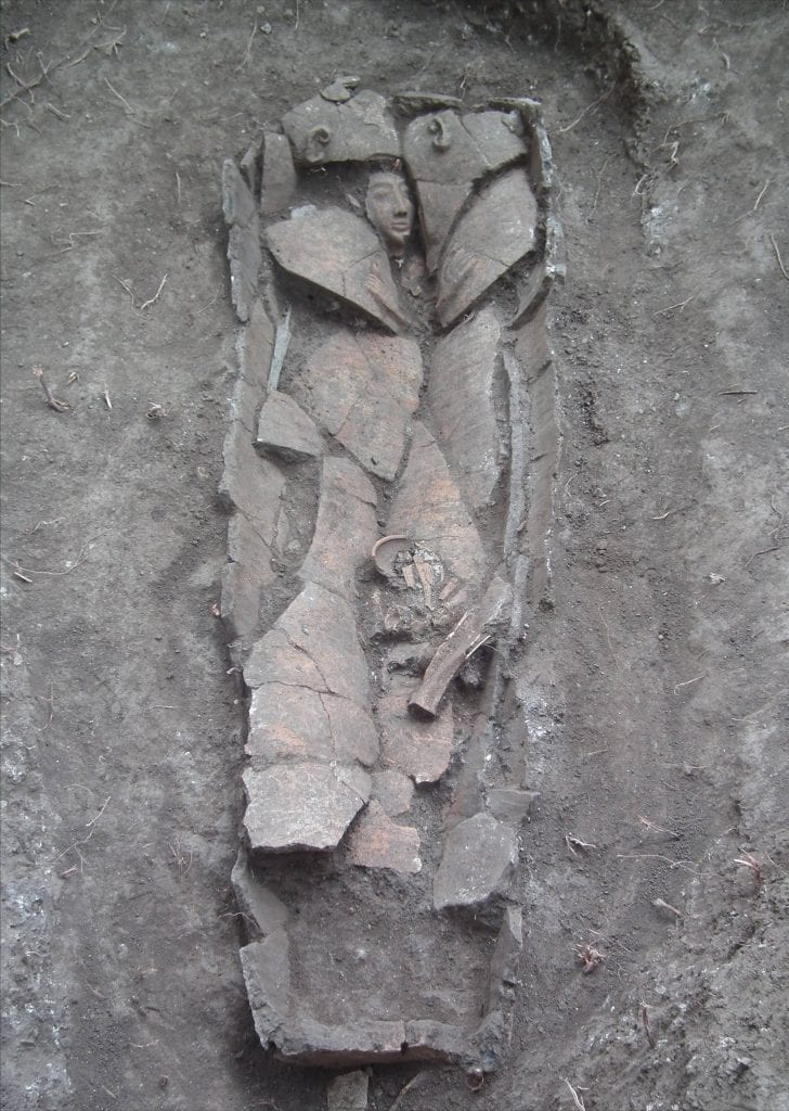 The clay coffin at the time of its discovery in the field. (Photo:  Dan Kirzner/ IAA)