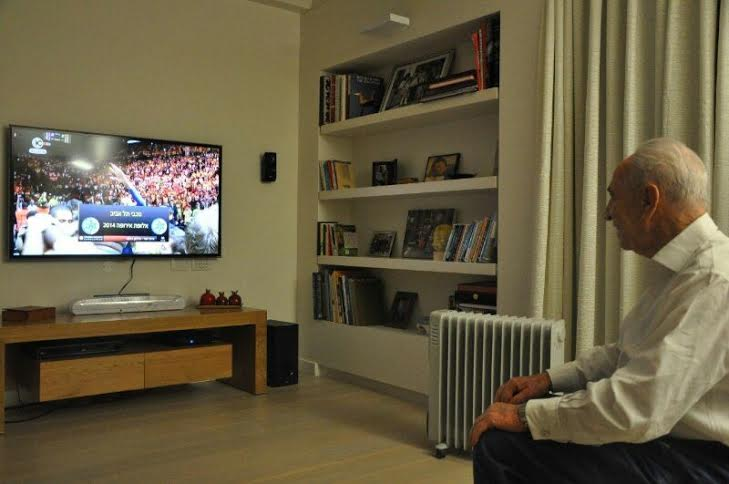 Israeli President Shimon Peres watching the game. (Photo: President's Residence spokesman / Israeli President)