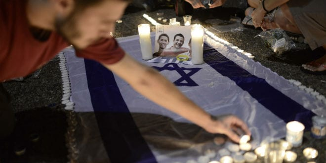 Israelis light candles in Tel Aviv's Rabin Square, as they mourn the death of three teenagers who were abducted June 30, 2014, among them Naftali Fraenkel. (Photo: Tomer Neuberg/Flash90)