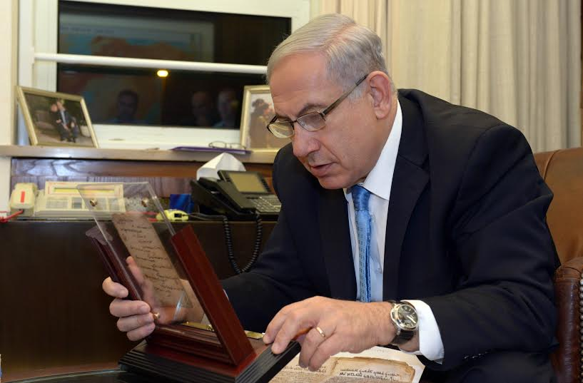 Prime Minister Benjamin Netanyahu examining the prayer book. (Photo: Chaim Tzach)