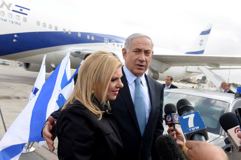 Israeli Prime Minister Benjamin Netanyahu and his wife Sara before departing for the US to address the UN General Assembly, September 28, 2014. (Photo: Avi Ohayon/ GPO)