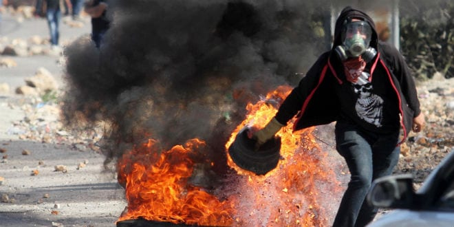 Palestinians clash with Israeli soldiers at the village of Silwad, near the Palestinian city of Ramallah, Sunday October 26, 2014. (Photo: STR/Flash90)