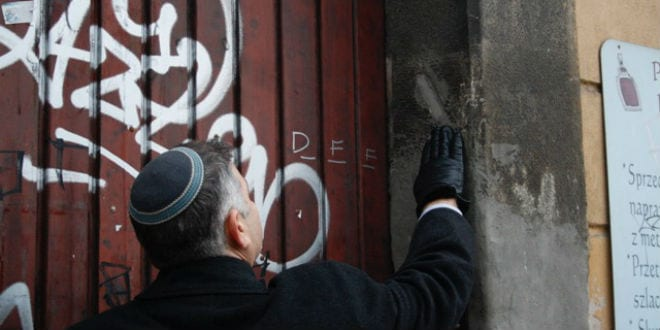 Rabbi Avi Baumol noticing the place where there was once a mezuzah but is no more. (Photo: Courtesy)