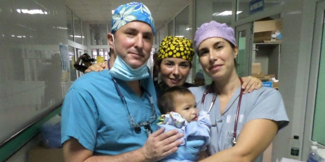 Dr. Omri Emodi (left) with a baby Vietnamese patient. (Photo: RHCC)