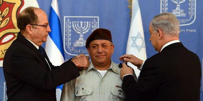 Eizenkot receiving his Chief of Staff ranks from Prime Minister Netanyahu (right) and Minister of Defense Ya'alon (left). (Photo: GPO)