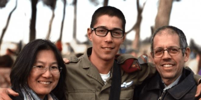Japanese IDF soldier Sol Kikuchi with his parents at his beret ceremony. (Photo: IDF Spokesperson)