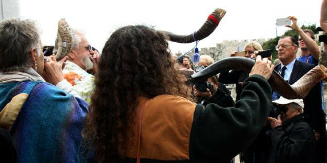 Christian tourists blow the shofar at the Western Wall on Friday, marking a special prayer ceremony coinciding with a solar eclipse. (Photo: Daystar Burton/ Root Source)