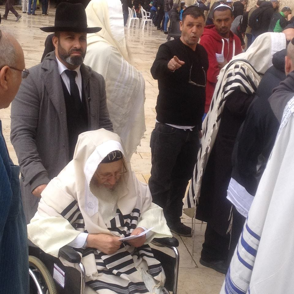 The mystical sage Rabbi Amram Vaknin with his student Gil Nachman, praying for the Messiah at the Western Wall, April 1, 2015. (Photo: Yehudis Schamroth)