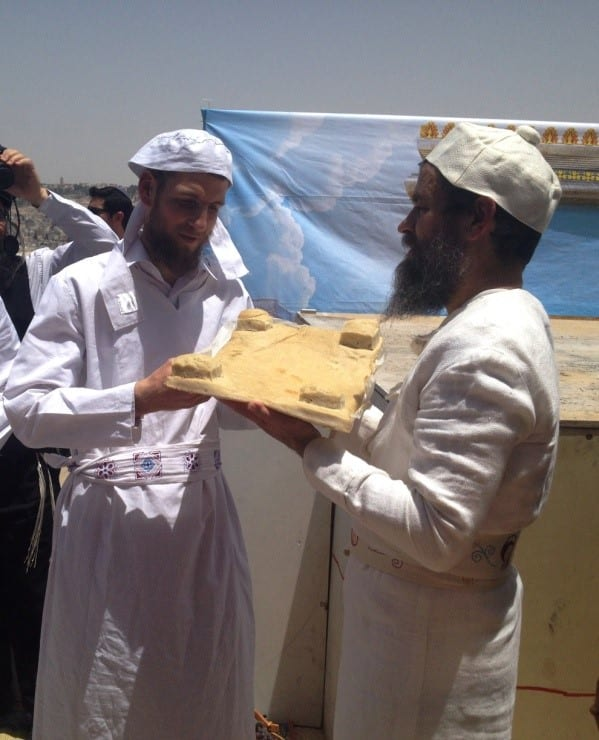 Kohanim lift the loaves of bread in the air. (Photo: Yisrael Rosenberg/ Breaking Israel News)