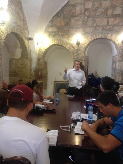 Rabbi Tuly Weisz addressing a group of Christian American college students on Mt. Zion. (Photo: Breaking Israel News)