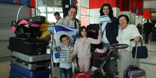 A French family making aliyah to Israel, July 28, 2015. (Photo: Jeremy Fournée/ The Jewish Agency for Israel)