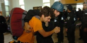 Soldiers forcibly remove residents from the Israeli community Kfar Darom. (Photo: IDF)