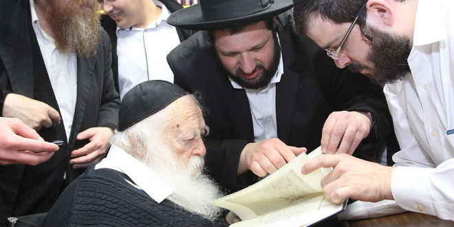 Rabbi Chaim Kanievsky (C) has issued a call for Jews to move to Israel in preparation for the imminent arrival of the Messiah. (Photo: Dudi Friedman/ Wiki Commons)