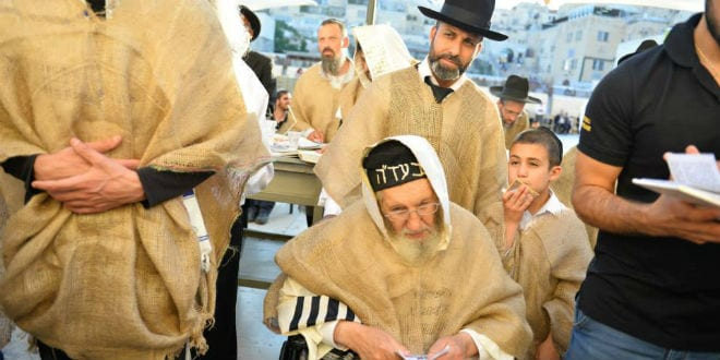 Rabbi Amram Vaknin (C) and his student Gil Nachman at a special prayer ceremony at Jerusalem's Western Wall. (Photo: Gil Nachman)