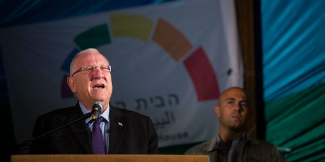 Israeli president Reuven Rivlin speaks at an anti-violence and anti-homophobia rally attended by thousands in Jerusalem, on August 01, 2015, following an arson attack in the Palestinian village of Duma, killing a toddler and severely injuring a few more, as well as a stabbing attack at the Jerusalem Pride parade, where an ultra orthodox Jewish man stabbed six people participating in the parade. (Photo: Yonatan Sindel/Flash90)