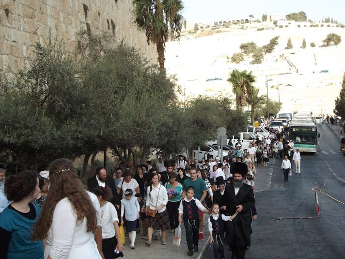 People from around the world walk up the street outside the Old City of Jerusalem on their way to Hakhel. (Photo: Adam Eliyahu Berkowitz/ Breaking Israel News)