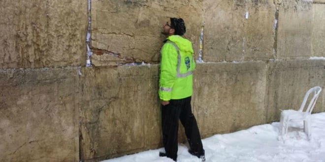 A United Hatzalah worker at the Western Wall in Jerusalem during a recent snowstorm. (Photo: United Hatzalah)