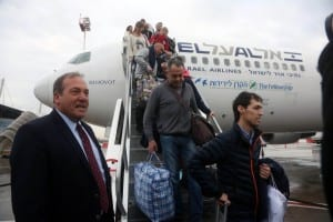 The Fellowship Founder and President Rabbi Yechiel Eckstein welcoming olim from Ukraine to Israel. (Photo Credit: Courtesy of IFCJ)