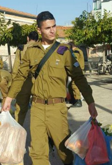 IDF soldier volunteers gather food provided by Meir Panim (Photo: Meir Panim)