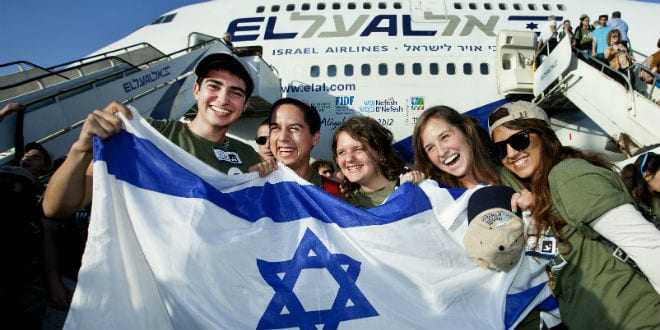 New immigrants from USA and Canada arrive at the Ben Gurion Airport in Israel on August 14, 2012. (Photo: Moshe Shai/ FLASH90)