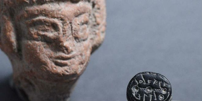 The Elihana seal, together with a figurine of a woman from the First Temple period, which symbolized fertility and was also exposed in the Giv'ati parking lot. (Photo: Israel Antiquities Authority)