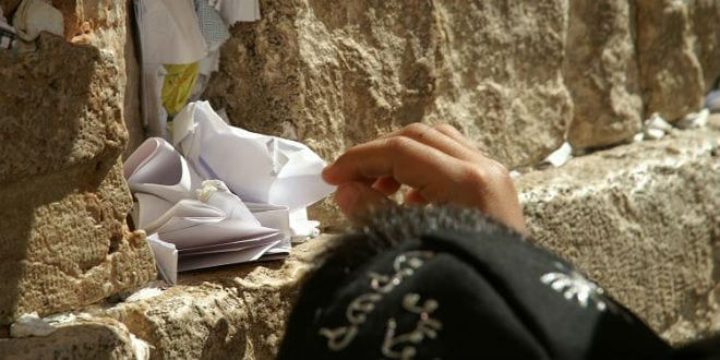 A child puts his note in the Western Wall (Photo: Michael Panse/Wikimedia Commons)