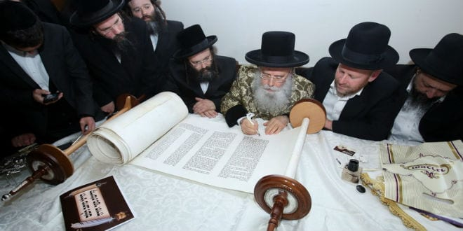 Israel's leading rabbis gather to complete the final letters of Rabbi Yosef Berger's Torah scroll for the Messiah (Photo: David's Tomb/Rabbi Yosef Berger)