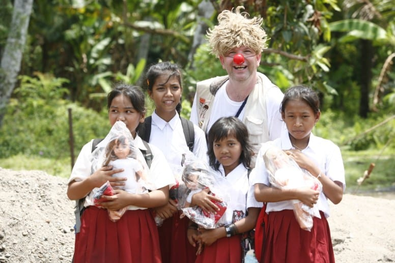 A medical clown brings cheer to children undergoing medical treatment. (Photo: Dream Doctors)