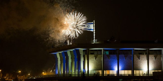 Fireworks from the Mount Herzl ceremony seen over the Knesset in Jerusalem, marking the beginning of celebrations of Israeli 67th Independence Day, on April 22, 2015. (Photo: Yonatan Sindel/Flash90)