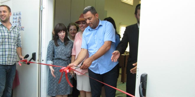Sderot's mayor Alon Davidi cuts the red ribbon dedicating the new youth center in Sderot sponsored by Meir Panim and TikvaHope (Photo: Tsivya Fox/Israel Media Network)