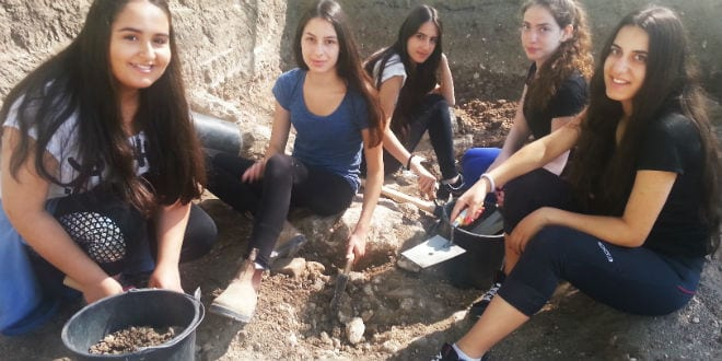 A group of 10th grade girls discovered and ancient Egyptian Scarab Amulet during a class dig in the archeological site of Tzipori. Photo courtesy of the Israel Antiquities Authority 31.5.16 (Photo: Courtesy)