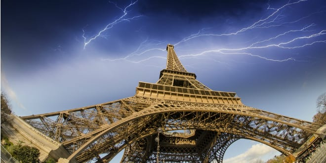 Tour Eiffel (Photo par Pisaphotography via Shutterstock)