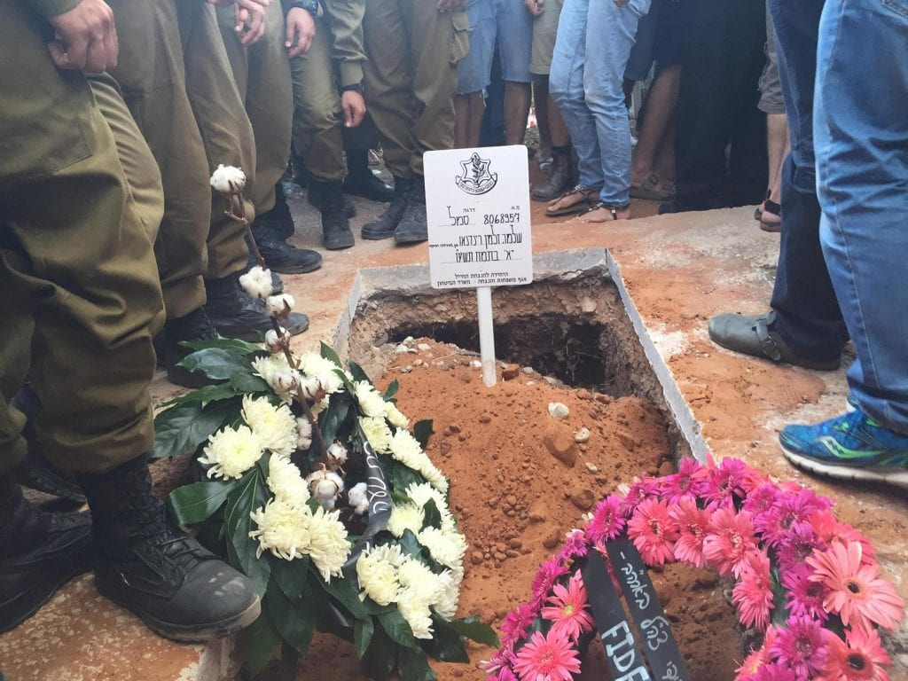 The grave of Sergeant Shlomo Rindenow. (Photo: Facebook)
