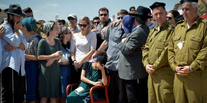 Family and friends mourn at the funeral of 20-year old IDF soldier Shlomo Rindenow, on July 18, 2016. Rindenow was killed along with another Israeli soldier yesterday when a grenade accidentally exploded near an army post on the Golan Heights. (Photo: Ben Drori/FLASH90)