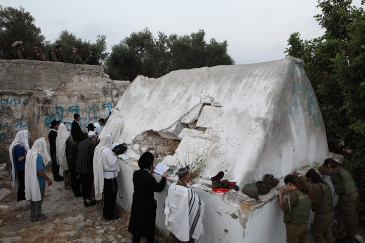 Hundreds Of Jews Pray At Vandalized Tomb Of Aaron S Sons