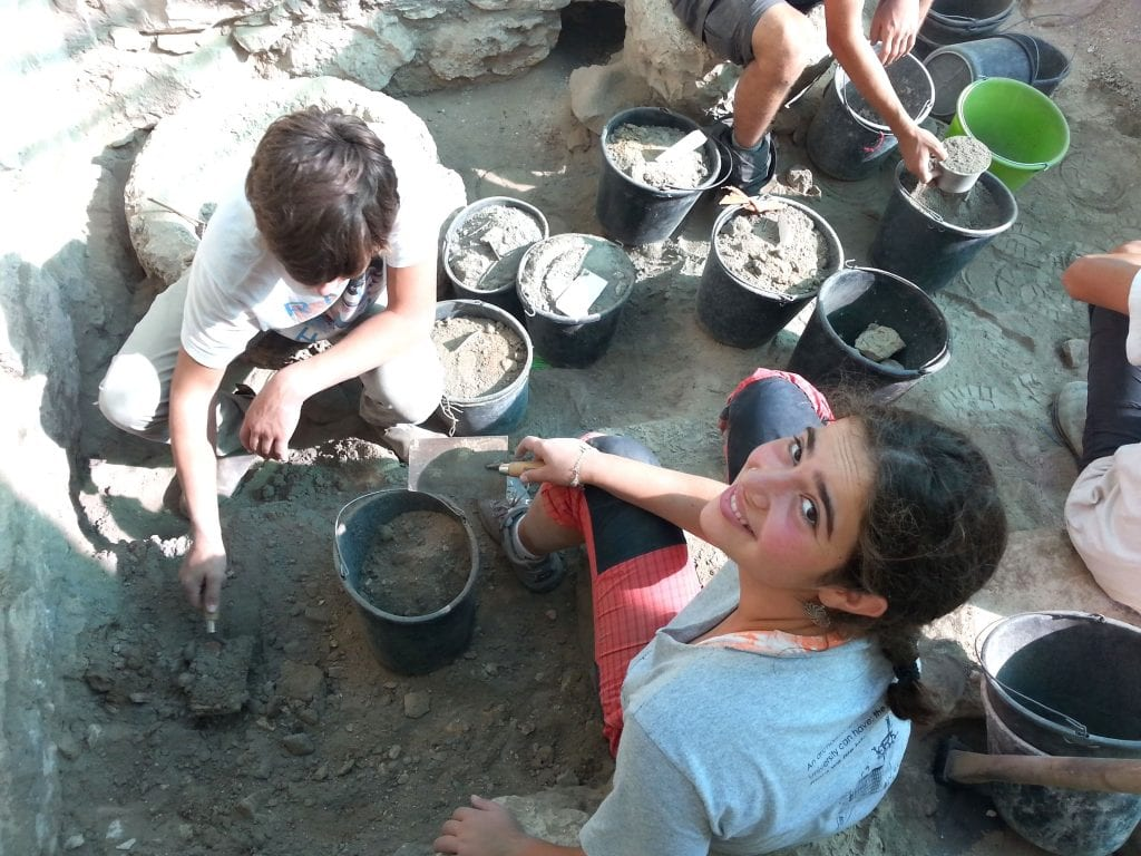 Students of the Har Hanegev Field School at the excavations. (Dr. Tali Erickson-Gini, Israel Antiquities Authority.)