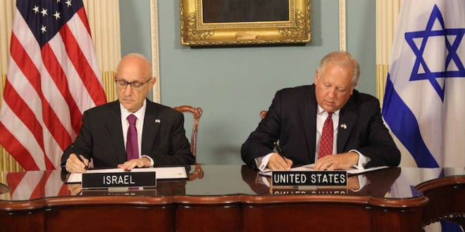Jacob Nagel, left, Israel's acting national security adviser, signing the Memorandum of Understanding for $38 billion of U.S. defense assistance with Undersecretary of State Tom Shannon, Sept. 14, 2016. (Embassy of Israel)