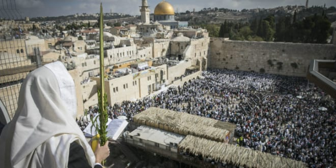 Jews Gather at Kotel in Jerusalem for Priestly Blessing during holiday of Sukkot, October 19, 2016. (Photo by Yonatan Sindel/Flash90)