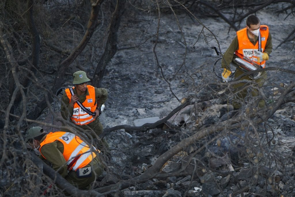 IDF soldiers helping firefighters after massive fires swept the country, November 2016. (Courtesy Yahad)