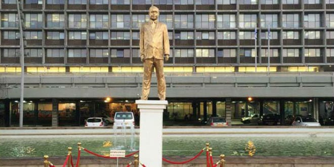 A gold statue of Netanyahu appeared overnight in Tel Aviv's Rabin Square, December 6, 2016. (Anonymous via Rotter)